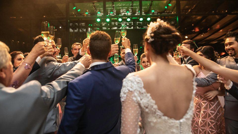 Eine Hochzeitsfeier mit vielen Gästen