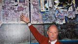 """1. September 1985: Robert Ballard entdeckt das Wrack der """"Titanic""""  Sie galt als unsinkbar, überstand jedoch nicht einmal ihre Jungfernfahrt: Die """"Titanic"""" ging 1912 nach der Kollision mit einem Eisberg südöstlich von Neufundland unter; 1514 Menschen fielen einer der größten Katastrophen der Seefahrt zum Opfer. Das Wrack blieb jahrzehntelang verborgen. Doch 1985 führten Jean-LouisMichel und Robert Ballard (hier 2012 vor einer Abbildung des """"Titanic""""-Oberdecks auf dem Meeresboden bei einer Ausstellung in den USA) eine Expedition durch, die die """"Titanic"""" auffinden sollte mit Erfolg. Dank eines mit Sonar und Kameras ausgestatteten Gerätes namens Argo, das an einem Verbindungskabel über den Ozeanboden geschleppt wurde, konnte das Wrack vor Neufundland schließlich entdeckt werden –in 3740 Metern Tiefe. Der Rumpf war von zahllosen Trümmern umgeben, die schweren Kronleuchter in den großen Hallen der Ersten Klasse waren fast unversehrt. Bis heute wird vor Gericht über die Rechte an Wrackteilen und Artefakten der """"Titanic"""" gestritten."""