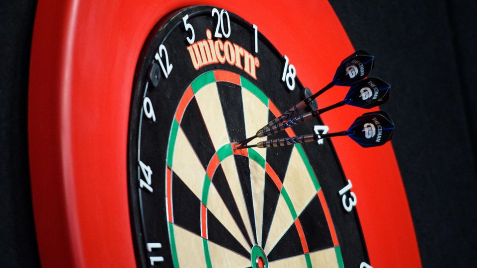 Tipps für Einsteiger: Darts spielen zu Hause: Ein Board, zwei Spieler, drei Pfeile – das sind die Regeln