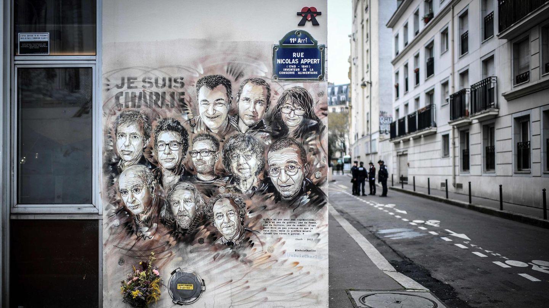 """Zeichnung der Opfer des Anschlags aif """"Charlie Hebdo"""" an einer Häuserwand"""