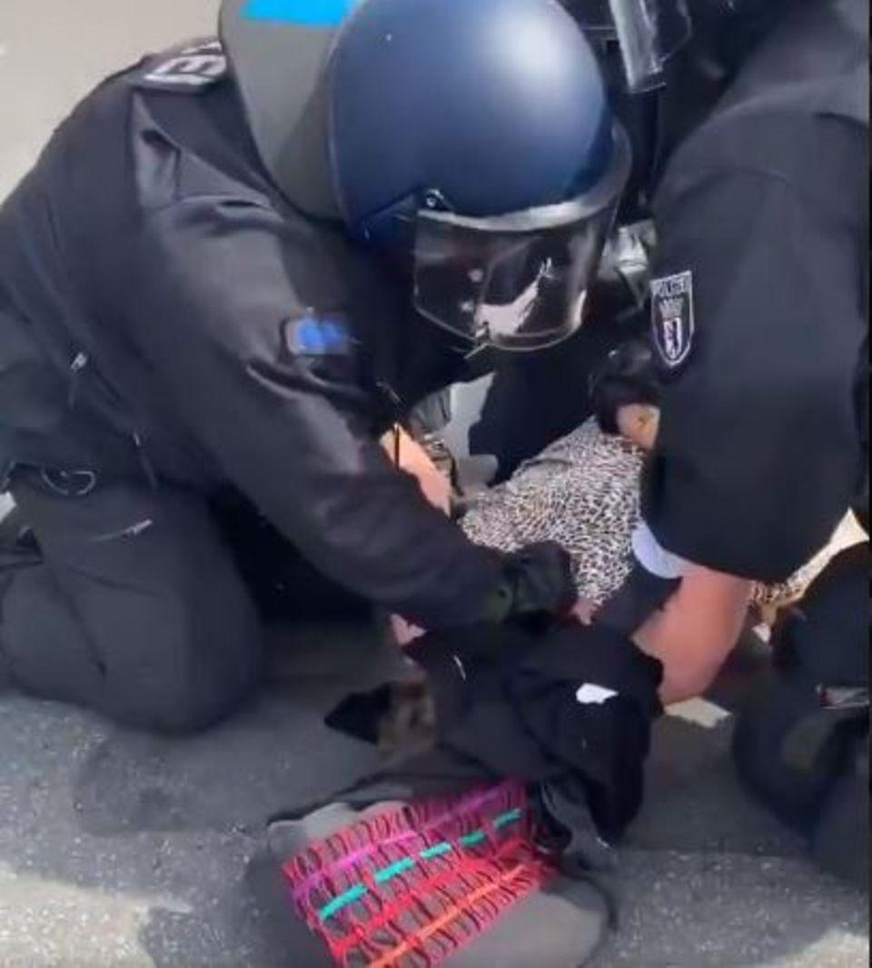 Screenshot aus einem der Twitter-Videos, das die Festnahme einer älteren Frau zeigt