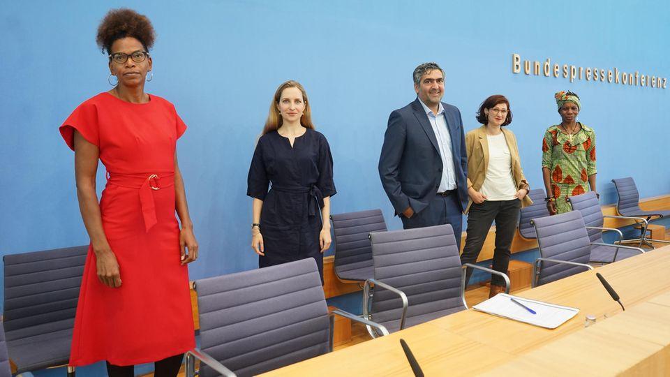 """Vertreter der Mitgliedsverbände stehen zur Vorstellung des """"Anti-Rassismus Plans 2025"""" hinter dem Pult der Bundespressekonferenz"""