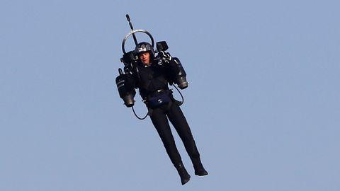 Begegnung in fast 1000 Metern Höhe: Am Los Angeles Airport sind sich ein Jet und ein Jetpack sehr nah gekommen