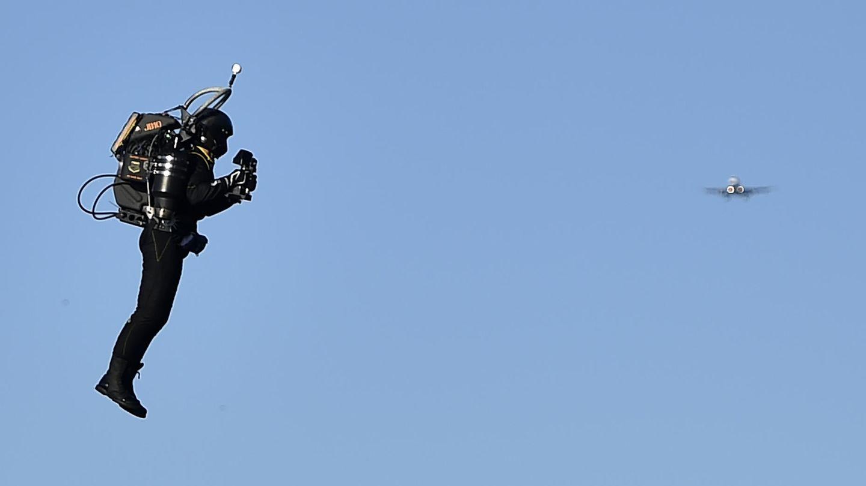 Begegnung in fast 1000 Metern Höhe: Am Los Angeles Airport sind sich ein Jet und ein Jetpack sehr nah gekommen (Symbolfoto).