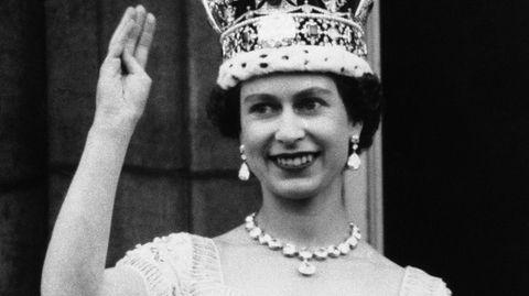 Queen Elizabeth II. winkt vom Buckingham Palast (Schwarzweiß-Aufnahme)