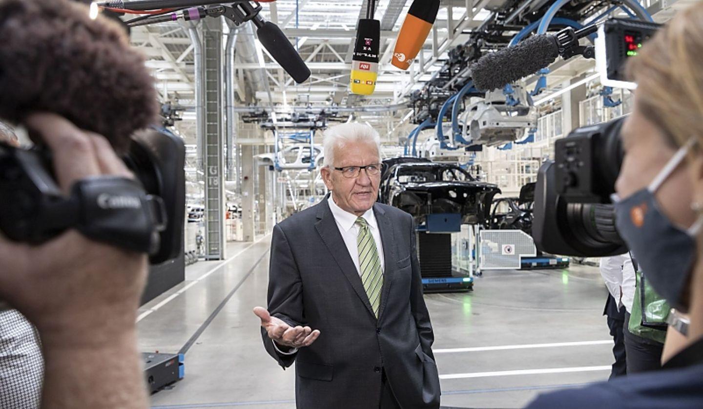 Der baden-württembergische Ministerpräsident Winfried Kretschmann lobt die Fabrik