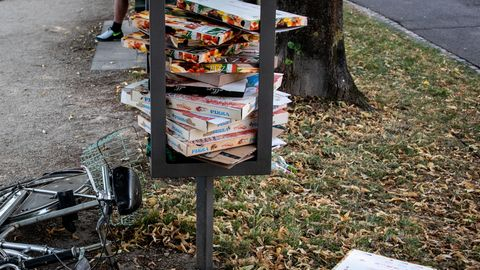 Pizzakartons: Städte ächzen unter Pizzakartons und Co. – ist ein Pfandsystem die Lösung?