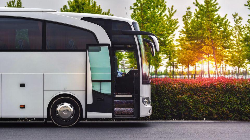 Bus China Coronavirus: Ein weißer Reisebus steht auf einem Parkplatz