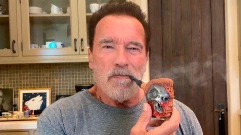 Arnold Schwarzenegger raucht seine neue Pfeife