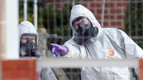 BritischeSoldaten tragen im März 2018 Schutzanzüge während der Ermittlungen zur Vergiftung des Ex-Doppelagent Skripal