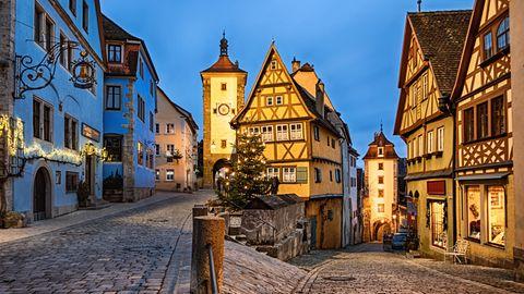Die mittelalterliche Kleinstadt Rothenburg ob der Tauber im fränkischen Landkreis Ansbach zieht jährlich geschätzt 1,9 Millionen Besucher an - bei gut 10.000 Einwohnern. Die Stadt - bekannt für ihre Fachwerkhäuser und den Weihnachtsmarkt - lebt zu einem guten Teil vom Tourismus. 2018 und 2019 wurden nach Angaben eines Stadtsprecher rund 560.000 Übernachtungen registriert. Im Corona-Jahr, so schätzt der Sprecher, könnten es 70 Prozent davon werden. Denn seit der Wiedereröffnung von Übernachtungsbetrieben sei der Tourismus wieder gut angelaufen - nur mit dem Unterschied, dass deutlich weniger ausländische Besucher nach Rothenburg kommen.