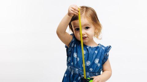 Ein Mädchen mit einem Maßband