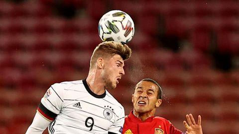 Timo Werner köpft im DFB-Dress den Ball, Thiago Alcantara springt daneben vergeblich hoch
