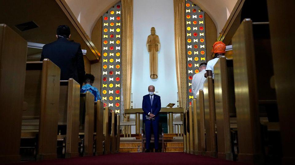 Kenosha: Joe Biden verneigt den Kopf im Gebet vor Gemeindemitgliedern in der Grace Lutheran Church