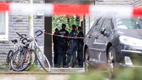 Solingen: Polizisten stehen vor einem Wohnhaus