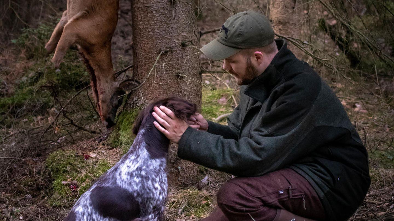 Fabian Grimm mit Hund und Beute