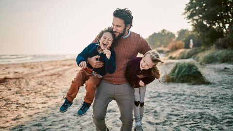 Vater, Sohn und Tochter am Strand