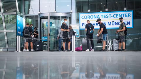 Bayern, Freising: Eine junge Reisegruppe steht vor dem Corona-Test-Center am Münchener Flughafen