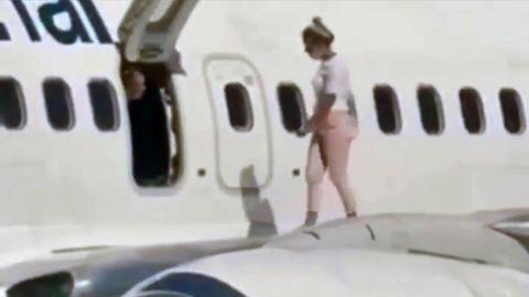 Vorfall auf Flughafen in Kiew: Frau spaziert auf Tragfläche