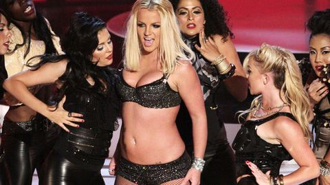 Britney Spears umringt von Tänzerinnen bei den MTV Video Music Awards 2007