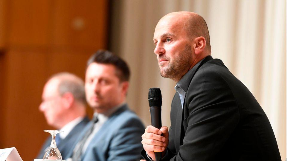 Marcel Maierhofer (r), Leiter der Mordkommission, Staatsanwalt Heribert Kaune-Gebhardt (hinten) und Einsatzleiter Robert Gereci (M.) sprechen bei der Pressekonferenz zum Tod von fünf Kindern in Solingen
