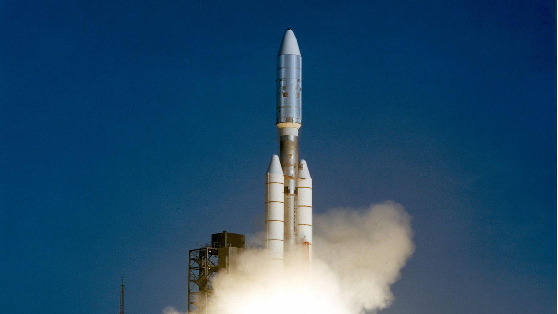 """5. September 1977: Die Voyager 1 fliegt ins All  Mit einer Titan-IIIE-Centaur-Rakete startet die Raumsonde Voyager 1 vom Weltraumbahnhof Cape Canaveral zu ihrerMission ins Weltall. Ziel des Voyager Programms ist die Erforschung des äußersten Planetensystems sowie des interstellaren Raums. Voyager 1 flog zu den Planeten Jupiter und Saturn, später– im August 2012– erreichte sie den interstellaren Raum. Noch heute sendet die Voyager 1 Signale zur Erde. Die Raumsonde führt außerdem eine vergoldete Datenplatte mit sich, die """"Voyager Golden Record"""". Sie enthält Bild- und Audioinformationen über die Menschheit, eine Gebrauchsanleitung und eine Karte. Die Platten dienen als Botschaft für eventuelle Außerirdische bzw. als Zeugnis über die Menschheit.  Quelle:Nasa"""