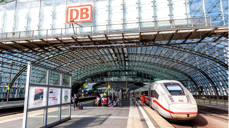 """Für junge Leute soll Bahnfahrengünstiger werden. Mit der Bahncard kann der Preis durch das Angebot """"Super Sparpreis Young"""" sogar auf 9,70 Euro gedrückt werden."""