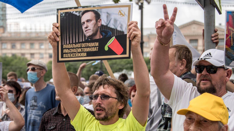 Ein Mann hält bei einer Demonstration im russischen Khabarovsk ein Plakat mit einem Porträt von Alexej Nawalny hoch