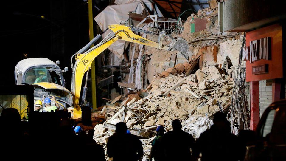 Rettungskräfte beseitigen Trümmer an einem eingestürzten Gebäude in der libanesischen Hauptstadt Beirut