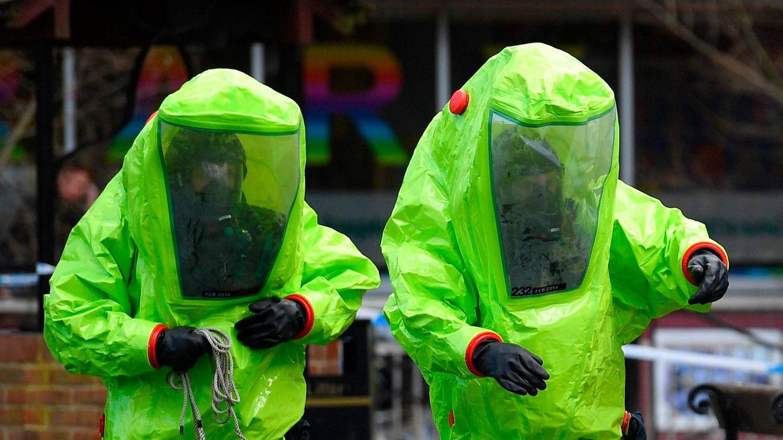 Zwei Einsatzkräfte in Schutzanzügen nach einem Vorfall mit Nowitschok im britischen Salisbury im Jahr 2018