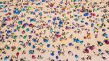 """Rio de Janeiro, Brasilien. Dieberühmte """"Praia de Ipanema"""" sieht aus, als gäbe es kein Covid-19, dabei zählt Brasilienzu den Ländern, dieam schwersten von der Coronakrise betroffen sind.Zwar hat die Stadtverwaltung das Baden im Meer und den Verkauf von Waren am Strand wieder erlaubt, die Benutzung von Stühlen und Zelten bleibt aber verboten."""