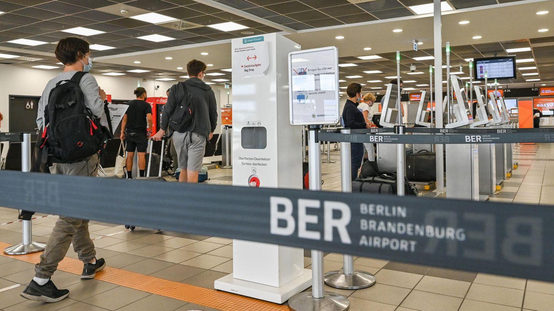 Reisende kommen zum Check-in im Gebäude des Terminals T5 am Flughafen Berlin-Schönefeld