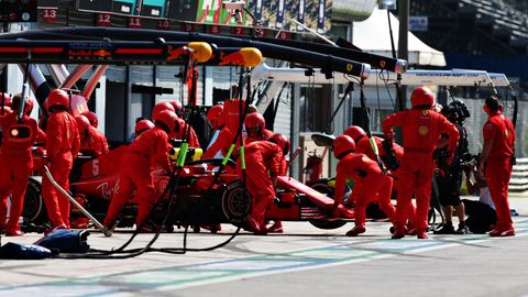 Desaster reiht sich an Desaster: Die Ferrari--Mechaniker schieben Vettels abgewracktes Auto in die Garage