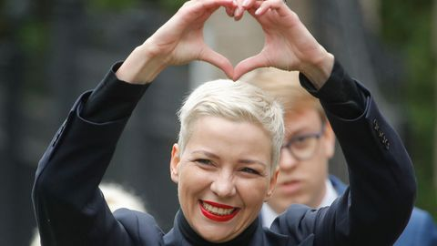 Maria Kolesnikowa, eine der Oppositionsführerinnen von Belarus (Weißrussland), formt mit ihren Händen ein Herz