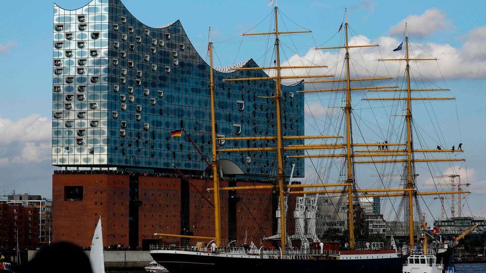 """Die """"Peking"""" vor der Elbphilharmonie in Hamburg"""