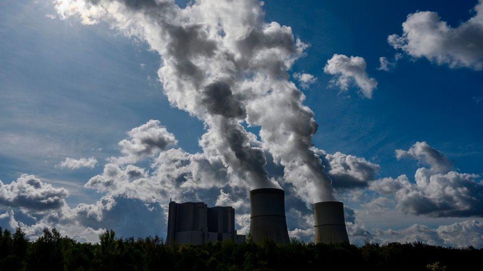 """Luftverschmutzung in Europa –das Braunkohlekraftwerk """"Schwarze Pumpe"""" in Brandenburg, Deutschland"""