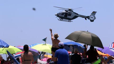 Ein Hubschrauber der spanischen Guardia Civil fliegt in Strandnähe (Symbolbild)
