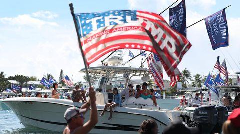 """Eine amerikanische Flagge mit """"Trump""""-Aufdruck weht im Wind im Rahmen einer """"Trump Boat Parade"""" in Florida"""