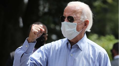 US-Präsidentschaftskandidat Joe Biden trägt Mundschutz und Sonnenbrille, während er die rechte Faust ballt