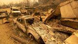 Fresno County, USA. Verbrannt und ausgeglüht: Ein Feuer hat aus diesen Autos traurige Blechhüllen gemacht. In Kalifornien wüten derzeit zahlreiche Wald- und Buschbrände. Die Flammen haben bereits eine Rekordfläche von mehr als zwei Millionen Hektar und mehr als 60 Häuser zerstört.