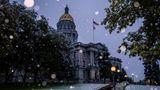 Denver, USA.Sonnencreme weg, Handschuhe und Stiefel an: DasCapitol der Hauptstadt Colorados ist von Schneeflocken umgeben. Nach einem Wochenende mit einer Rekordhitze von 38,3 Grad Celsiussind die Temperaturen innerhalb von nur einem Tag um mehr als 30 Grad gefallen und habenvielen Teilen des Bundesstaates Schnee gebracht.