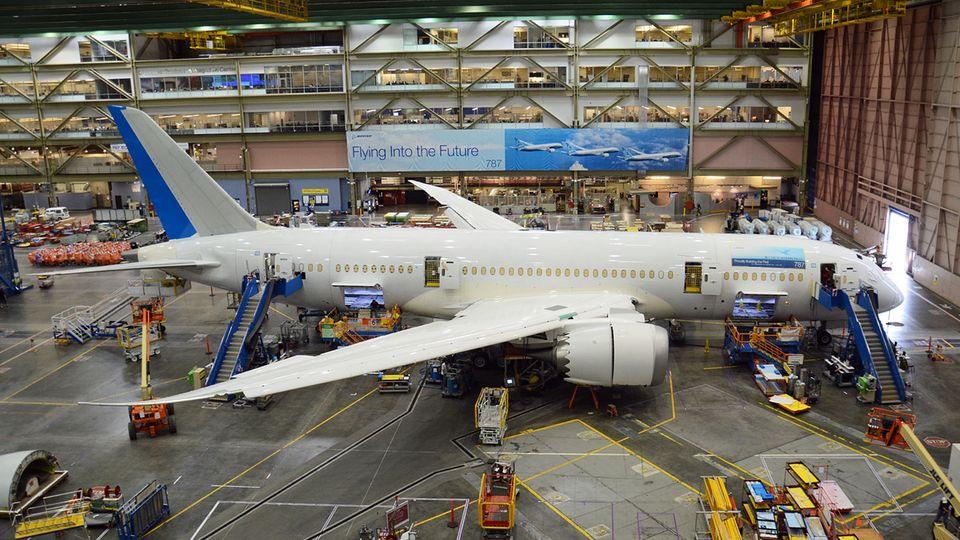 """Die Boeing 787 """"Dreamliner"""" wird bislang an mehreren Standorten gebaut. Hier die Endemontage im Werk Everett im Bundesstaat Washington."""