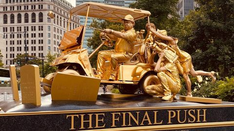 Eine lebende Statue von Donald Trump wird in New York ausgestellt.