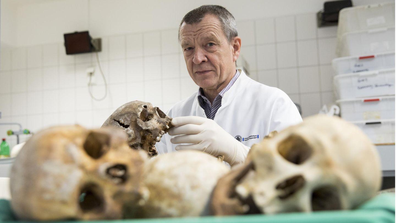 Klaus Püschelim Großen Sektionssaal des Instituts für Rechtsmedizin in Hamburg
