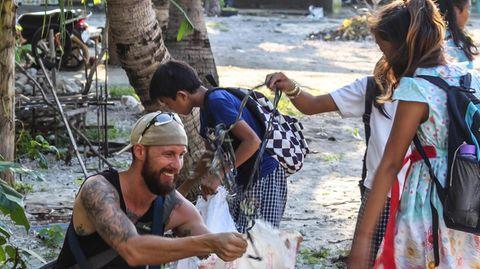 Robert Marc Lehmann mit Kindern beim Müll sammeln am Strand
