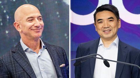 Links lächelt ein glatzköpfiger Mann in grauem Hemd und kariertem Jackett, rechts schwarzhaariger Mann mit asiatischen Wurzeln