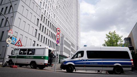 Polizeifahrzeuge stehen am 24. August vor der Berliner Charité, in der Kreml-Kritiker Alexej Nawalny behandelt wird