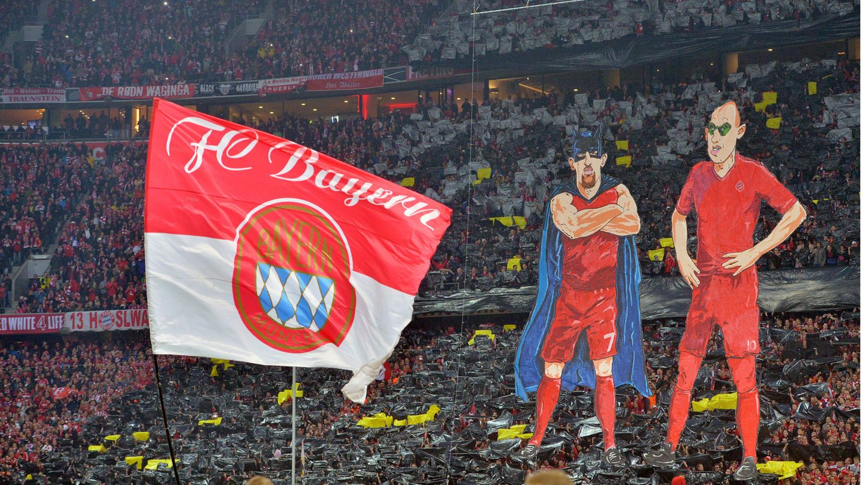 Überlebensgroße Karikaturen von Arjen Robben und Frank Ribery auf der Tribüne in der Münchner Allianz Arena