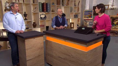 """""""Bares für Rares""""-Expertin Wendela Horz, Besitzer Kay Storm und Moderator Horst Lichter stehen am Pult"""