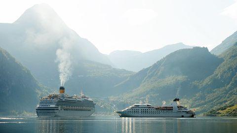 Zwei Kreuzfahrtschiffe im Sommer 2019 im Geirangerfjord im SüdwestenNorwegens